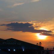 Západ slunce nad festivalem